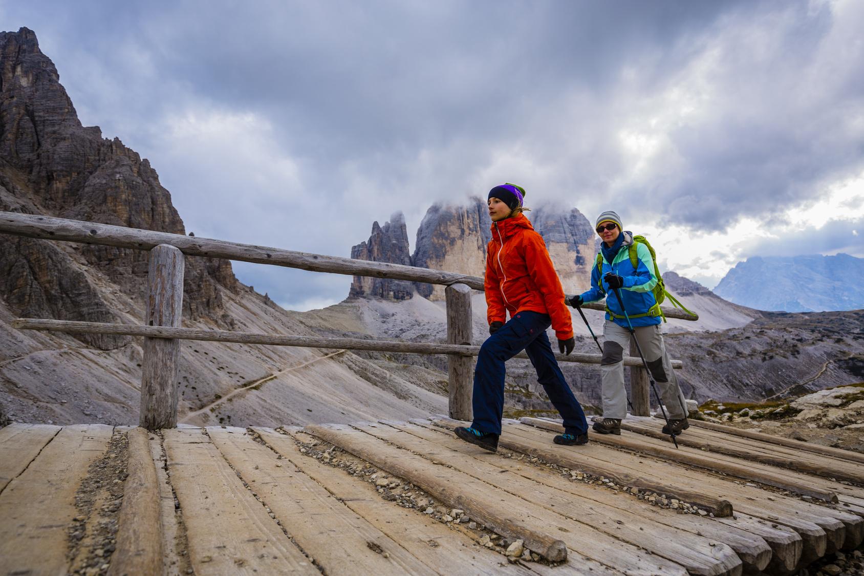 Hikers_Dolomites_bridge