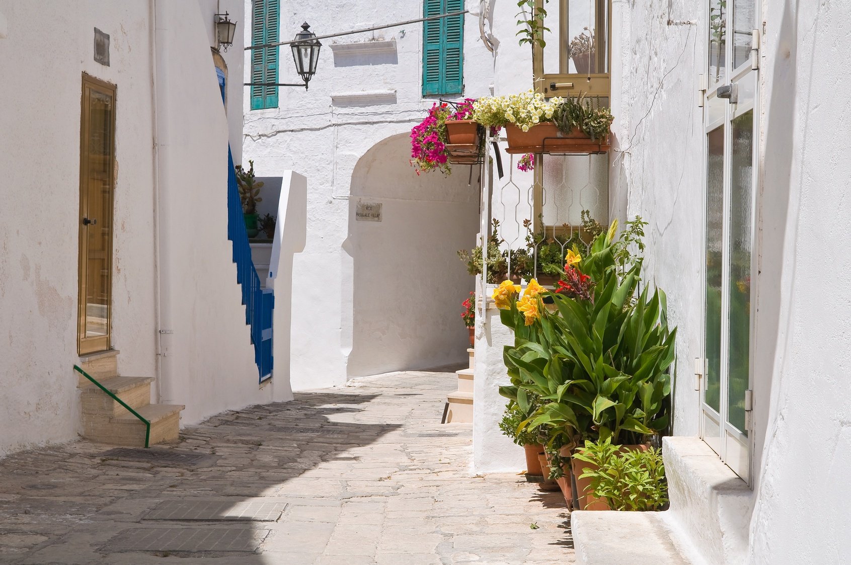 Alley_in_Ostuni_Puglia.jpg
